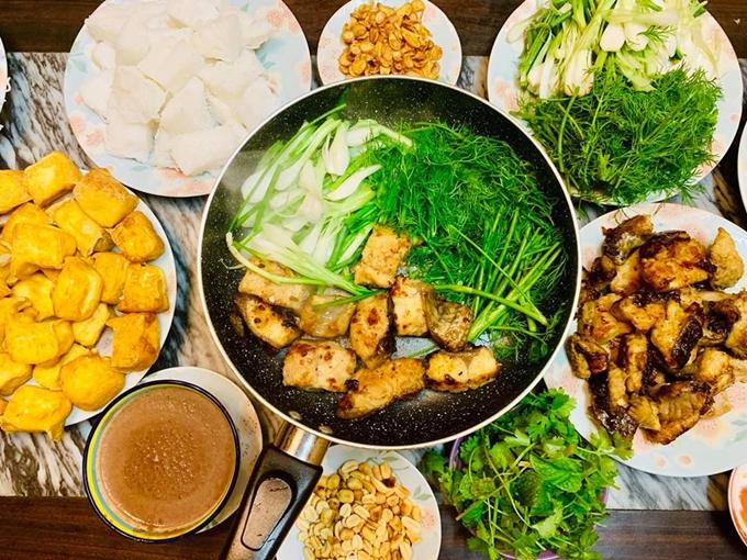 Món chả cá đặc sản Hà thành được bà mẹ diễn viên chế biến trong chính gian bếp của mình.