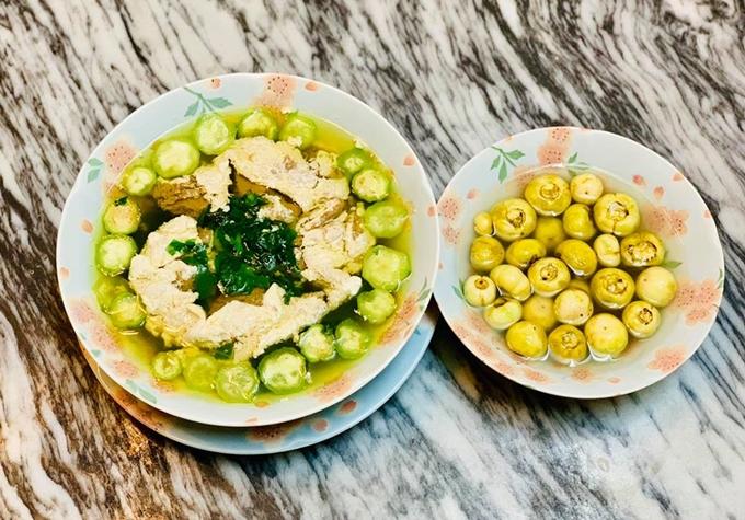 Mùa hè, các món canh dân dã luân phiên xuất hiện trên mâm cơm của gia đình Diệu Hương. Bát canh cua mồng tơi được nấu từ rau tự trồng khiến bà mẹ hai con hạnh phúc khi thưởng thức.