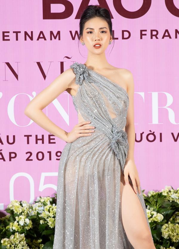 Giải vàng Siêu mẫu Việt Nam 2018 Quỳnh Hoa gợi cảm với váy lệch vai,xuyên thấu.