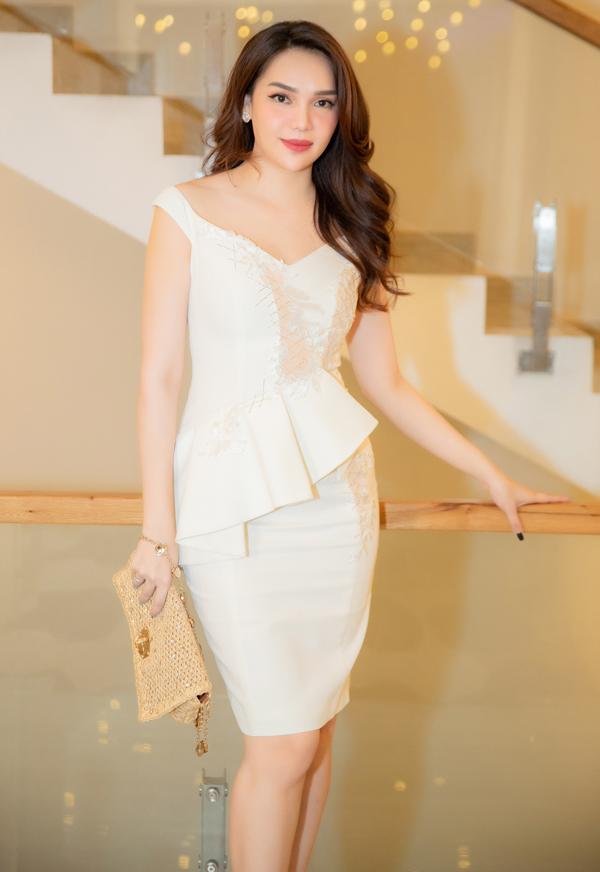 Hoa hậu Đông Nam Á 2012 Diệu Hân mặc đơn giản, thanh lịch đi tiệc.