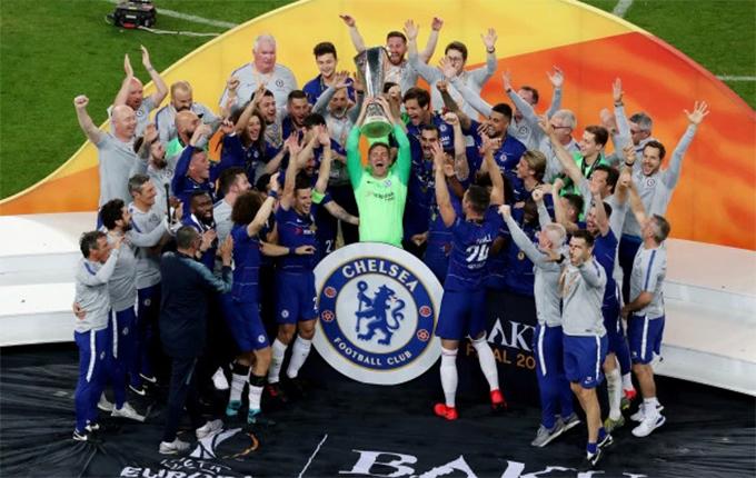 Các cầu thủ Chelsea nâng Cup vô địch. Đây là danh hiệu duy nhất của The Blues ở mùa giải này. Trong khi đó, Arsenal không thể có vé dự Champions League và tiếp tục phải thi đấu tại Europa League mùa sau.