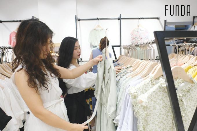Khách hàng thử và trải nghiệm mua sắm trong ngày khai trương.