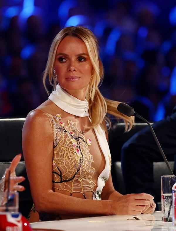 Amanda Holden đến đêm thi Britains Got Talent tối 29/5 trong bộ đầm sexy, một bên ngực thả rông, một bên đắp ren kiểu mạng nhện.