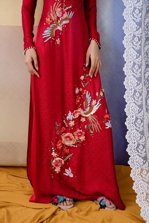 Trên nền vải đỏ, những đóa hoa nở rộ tượng trưng cho sự sung túc, sum vầy, mang ý nghĩa tốt đẹp phù hợp với dịp đại hỷ.
