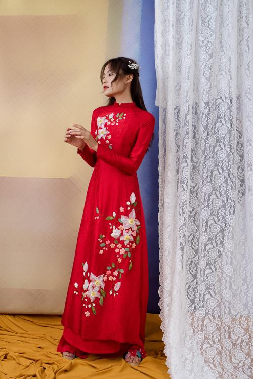 5. Áo dài họa tiết bông hoa trắngHình ảnh những đóa hoa rạng rỡ khoe sắc là cảm hứng bất tận cho các nhà thiết kế khi sáng tạo nên những tà áo dài ngày cưới. Họa tiết hoa không chỉ đại diện cho sự duyên dáng, nữ tính mà còn là điểm nhấn giúp nàng trở nên nổi bật.