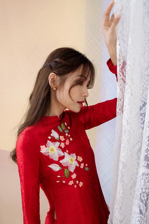Những bông hoa, lá được kết cườm, hạt ngọc để tạo độ bắt sáng, lấp lánh, góp phần giúp cô dâu tỏa sáng ở mọi khung hình.