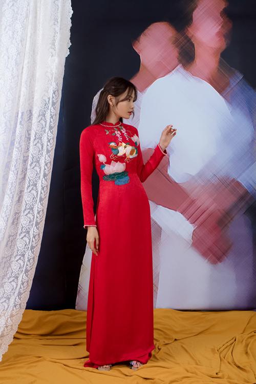 Thanh lịch và dịu dàng là những gì mà NTK gửi gắm ở áo dài sen. Họa tiết được điểm ở trước ngực giúp thể hiện vẻ nữ tính, nền nã của phụ nữ Việt.
