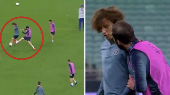 Chỉ trước đó chưa đầy 24 tiếng, hai người xảy ra va chạm trên sân tập khi David Luiz giật cùi chỏ lộ liễu với đồng đội. Cả hai sau đó lời qua tiếng lại trước khi cùng bỏ dở buổi tập.