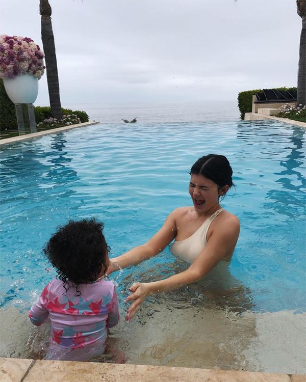 Kylie luôn cố gắng dành thời gian cho con gái như những bà mẹ bình thường khác. Bạn trai - rapper Travis Scott - thường xuyên đi diễn xa nhà nên Kylie càng muốn ở bên con nhiều hơn.