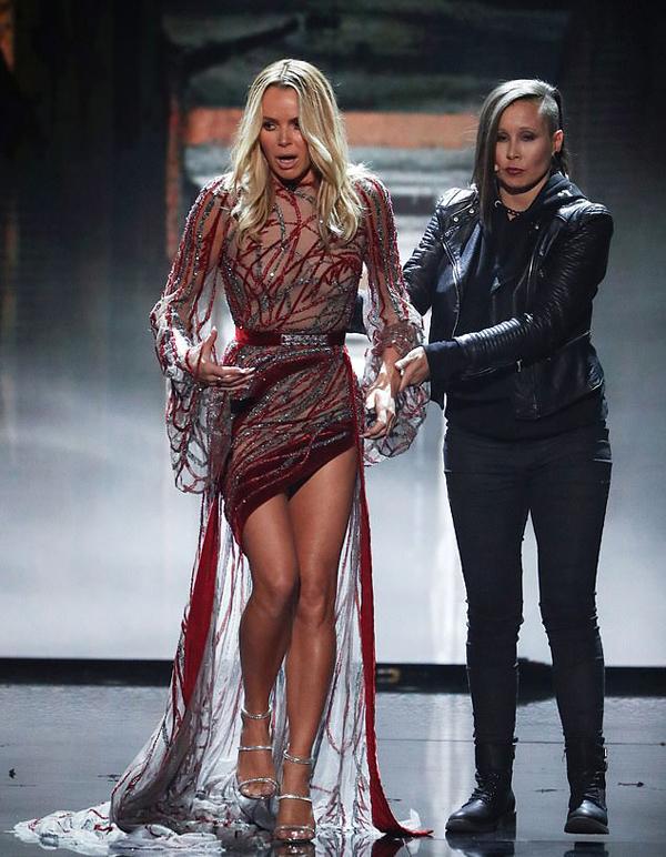 Đây không phải là lần đầu tiên Amanda Holden bị phàn nàn vì mặc sexy. Đêm thi trước, cô diện bộ đầm xuyên thấu, in rõ vòng một.