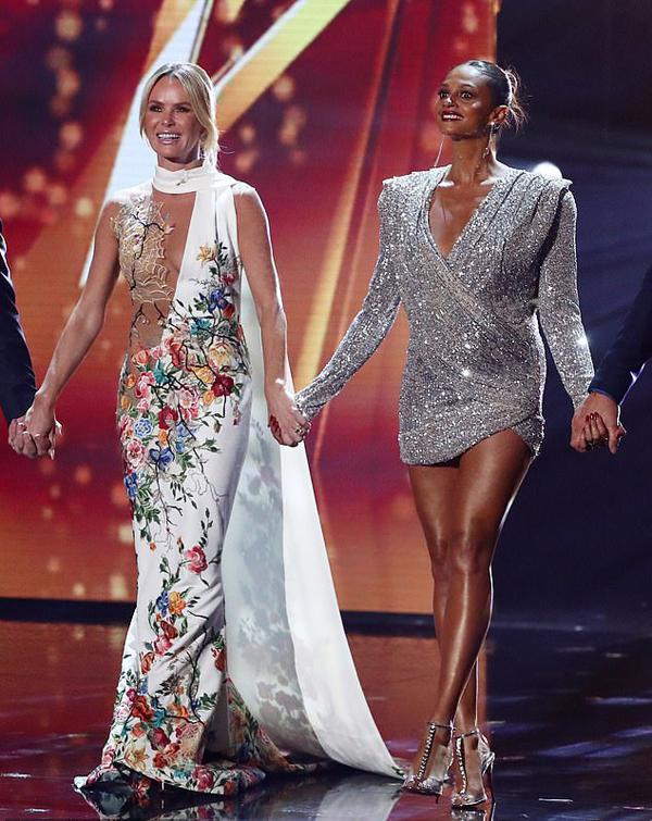 Amanda Holden gợi cảm bước ra sân khấu chào khán giả trước đêm thi cùng các đồng nghiệp. Nữ giám khảo Alesha Dixon diện bộ đầm lộng lẫy nhưng không hở táo bạo như Amanda.
