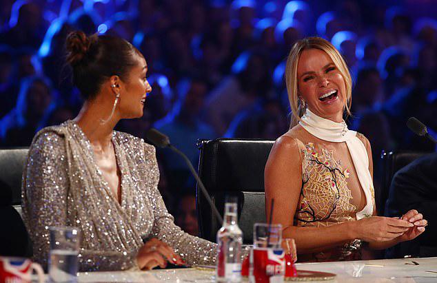 Thiết kế này không khỏi khiến người xem nóng mắt mỗi khi camera quay gần đến chỗ ngồi của nữ giám khảo 48 tuổi.