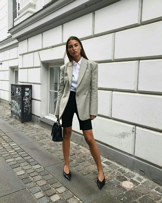Các kiểu áo khoác thùng thình gần như lấn át kiểu blazer ôm sát hình thể - phong cách được ca ngợi ở 3 năm trước.