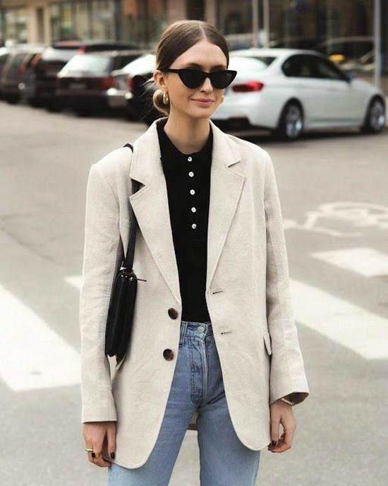 Cách đơn giản nhất để hòa cùng trào lưu ăn diện theo đúng hot trend là mix blazer cùng áo thun, quần jeans.