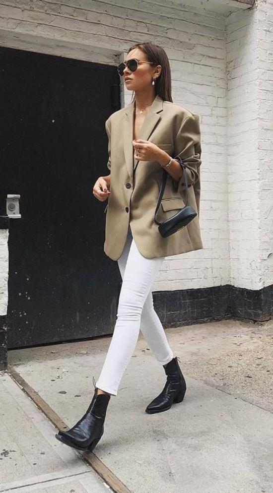 Cùng với blazer họa tiết kẻ sọc ca rô, các mẫu áo phom dáng rộng cũng là một trong những xu hướng thịnh hành ở mùa thời trang 2018/2019.