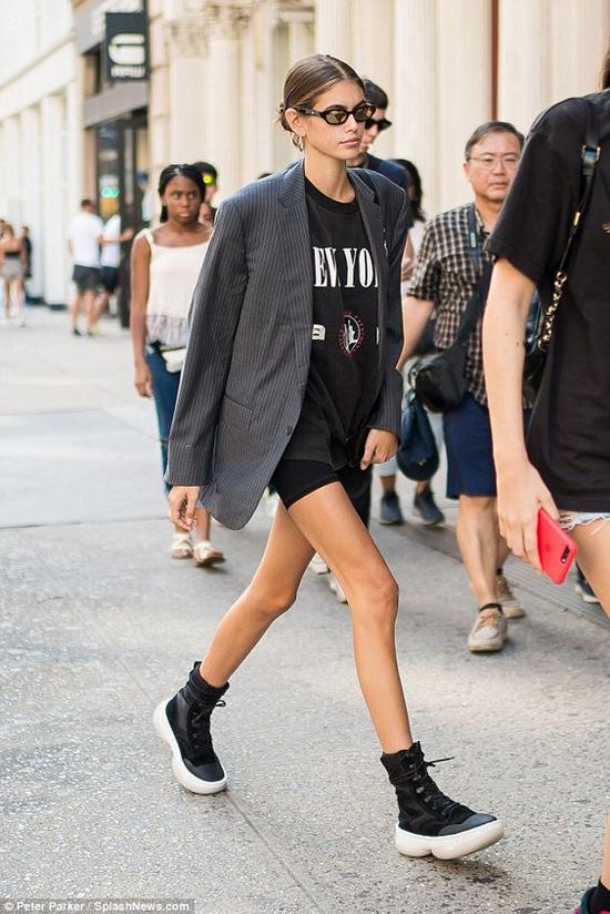 Lối mix-match ngẫu hứng của các fashionista, chân dài nổi tiếng đã mang tới góc nhìn mới cho các kiểu blazer thanh lịch.
