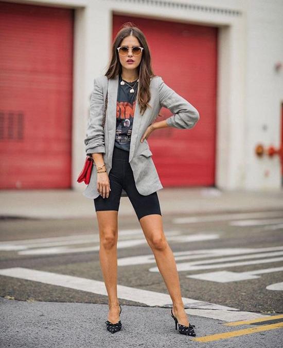 Nổi bật trong xu hướng blazer 2018/2019 là các phối hợp các mẫu áo khoác over size cùng short và quần biker short.