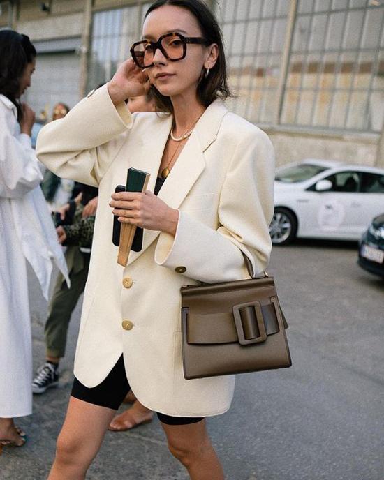 Ở những năm 2015/2016, nếu diện áo vest không tôn được đường cong hình thể, phái đẹp dễ bị nhận xét kém tinh tế khi chọn trang phục không phù hợp vóc dáng. Nhưng ở thời điểm hiện tại, các kiểu áo nuốt chửng vòng eo lại là mốt thịnh hành.