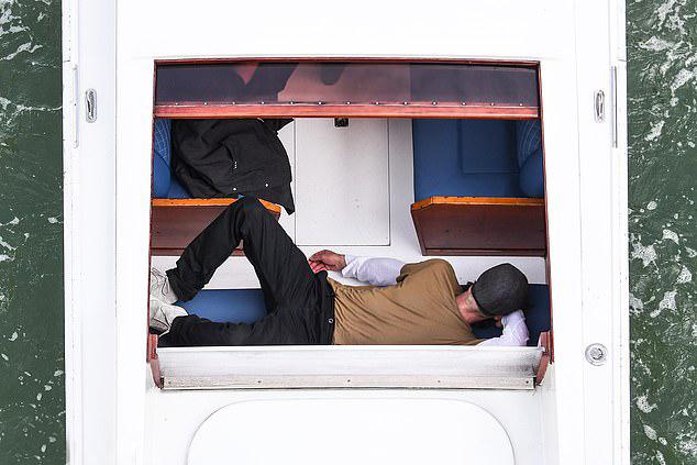 Brad Pitt được trông thấy nằm ngủ trên taxi nước, mũ lưỡi chai che kín mặt.