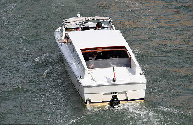 Anh không ngắm cảnh sông nước mà tranh thủ nghỉ ngơi thư giãn giữa một ngày dài đi tham quan Venice cùng bạn bè.