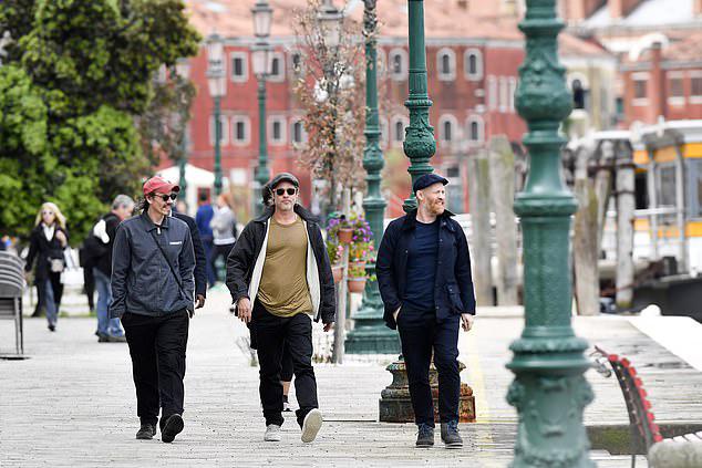Trước đó, tài tử Hollywood dạo bộ tới bảo trung tâm nghệ thuật Venice Biennale cùng vài người bạn, trong đó có nghệ sĩ điêu khắc Thomas Houseago (bên phải).