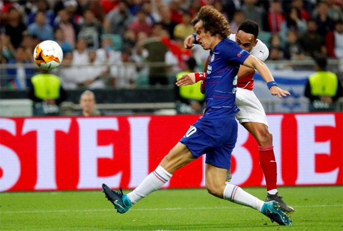 Trong trận chung kết với Arsenal, David Luiz đá chính từ đầu còn Higuain ngồi dự bị và không được tung vào sân.