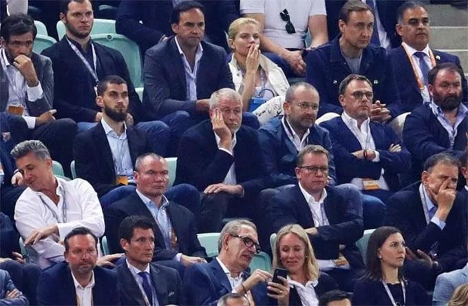 Ông Roman Abramovichngồi trên khán đài sân Olympic ở Baku, Azerbaijan để theo dõi trận chung kết Europa League giữa Chelsea và Arsenal. Đây là lần đầu tiên sau hơn một năm tỷ phú người Nga tới sân xem một trận đấu chính thức của Chelseakể từ khi ông gặp vấn đề với visa tại Anh hồi hè năm ngoái.