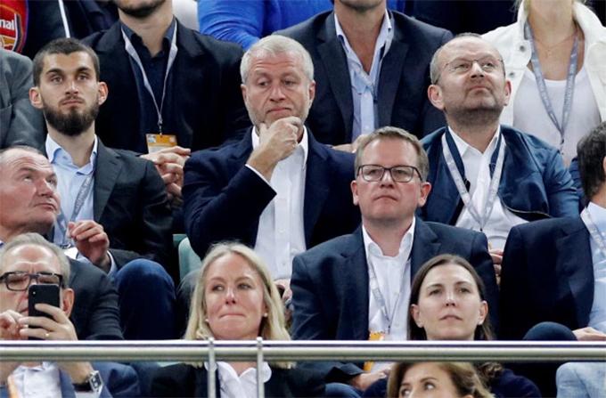 Abramovic chống cằm, lặng lẽ theo dõi đội nhà. Tỷ phú người Nga mới chỉ được công nhận quốc tịch Israel hồi đầu tuần để giúp ông có mặt tạiAzerbaijan cổ vũ Chelsea.
