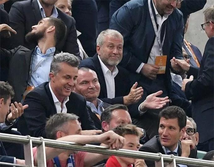 Abrahimovic chỉ cười nhạt vỗ tay nhẹ nhàng khi Chelsea ghi bàn thắng.