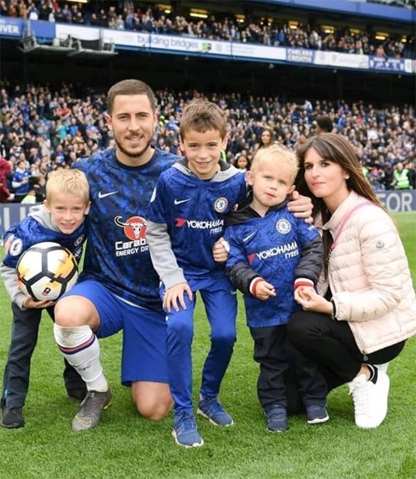 Tiền vệ Eden Hazard bên vợ và ba con trai.