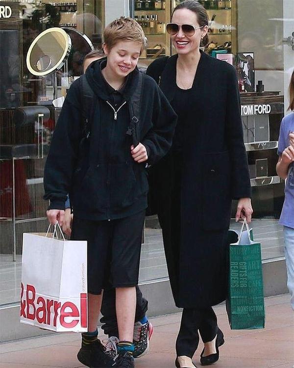 Shiloh và mẹ đi mua sắm vào đầu tháng 5.