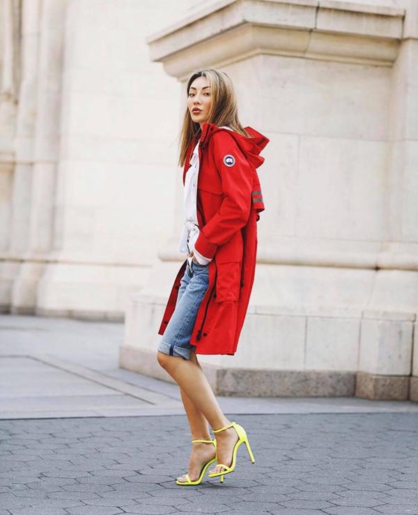 Cùng với sắc xanh lá non, tông đỏ tươi hay hồng cánh sen cũng hút mắt không kém. Nó dễ dàng khiến người mặc nổi bật trên phố.