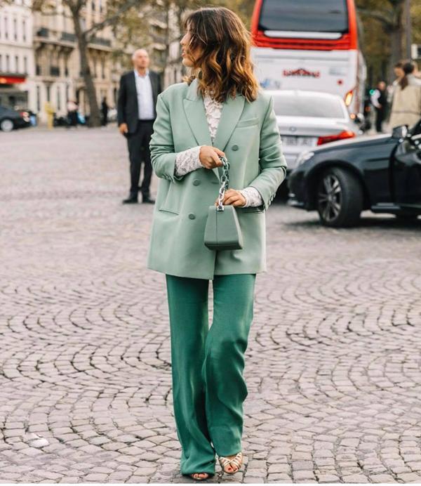 Vẫn theo phong cách tối giản nhưng việc thay đổi màu sắc cho quần ông suông, áo blazer sẽ giúp phái đẹp trở nên tươi mới hơn.
