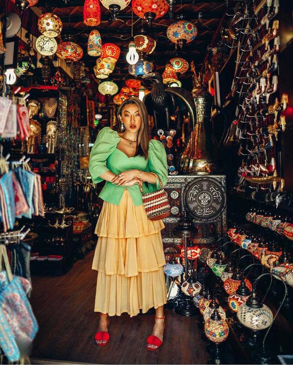 Áo vai bồng, chân váy xếp tầng, sandal màu đơn sắc được hòa trộn một cách ấn tượng để mang tới set đồ dạp phố.