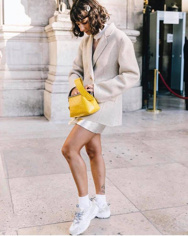 Bên cạnh việc chọn trang phục sặc sỡ, phái đẹp vẫn có thể tạo điểm nhấn cho set đồ street style bằng cách chọn phụ kiện tông màu hợp trend.