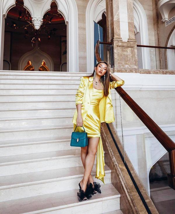Trang phục vải lụa là một trong những xu hướng thịnh hành ở mùa hè 2019. Ngoài các kiểu váy lụa nhẹ nhàng tông màu dịu mắt, các nàng có thể mang tới sự mới mẻ cho hình ảnh bằng các mẫu váy lụa bóng bẩy, tông vàng rực.