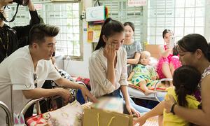 Tiểu Vy bật khóc khi làm từ thiện cùng Đàm Vĩnh Hưng