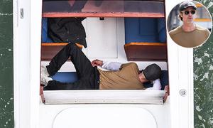 Brad Pitt nằm ngủ trưa trên taxi nước ở Venice