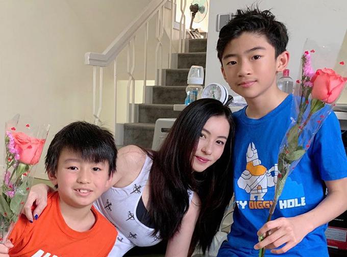 Trương Bá Chi chụp cùng hai con trai đầu.