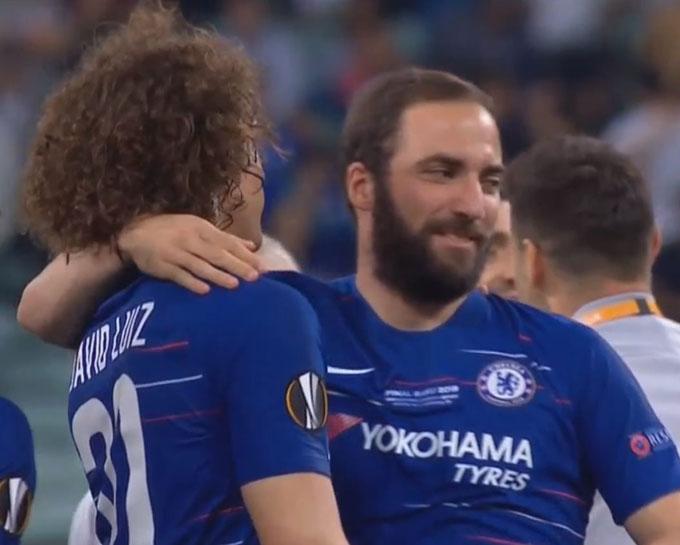 Chelsea thắng Arsenal 4-1 ở chụng kết Europa League diễn ra rạng sáng 30/5 để lên ngôi vô địch. Sau trận đấu, Higuain và David Luiz chia vui với nhau bằng cử chỉ,ánh mắt thân thiện. Tiền đạo Argentina khoác vai đồng đội người Brazil.