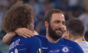 Higuain, David Luiz ôm nhau sau vụ giật cùi chỏ trên sân tập