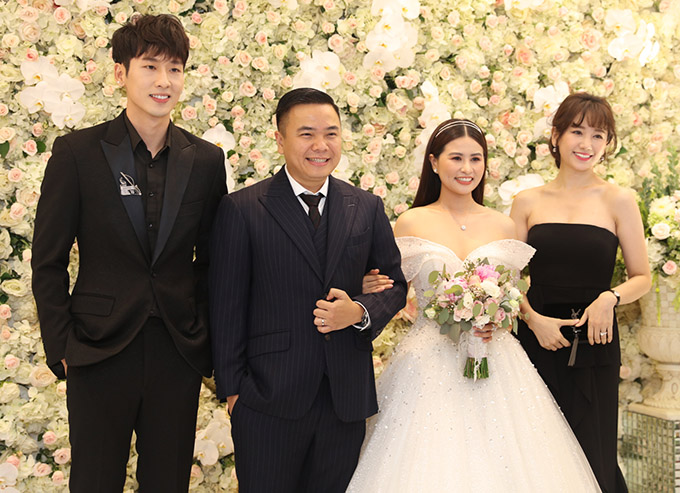 Hari Won khoe vai trần gợi cảm khi cùng diễn viên Tuấn Trần dự tiệc cưới đạo diễn Nhất Trung tổ chức tại một khách sạn 5 sao ở TP HCM.