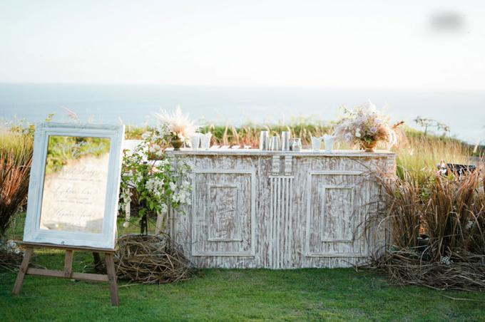 Bảng màu đám cưới mang vẻ đẹp vượt thời gian với màu trắng, trắng kem và hồng nhạt.