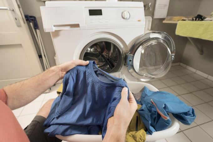 Phân chia quần áo theo màu sắc, dùng lượng bột giặt vừa phải,giặt bằngnước lạnh có thể giúp đồ lâu cũ. Xin nguồn ảnh.
