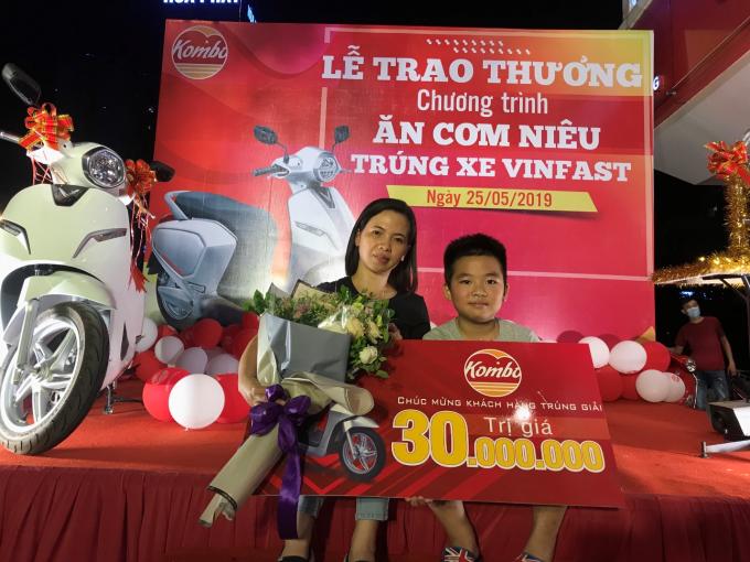 Lần quay thưởng này chia thành nhiều giải, trong đó có một giải đặt biệt dành cho khách hàng may mắn - xe máy điện Vinfast Klara, trị giá 30 triệuđồng thuộc về chị Nguyễn Thị Phương Trang, Khương Mai, Thanh Xuân, Hà Nội.