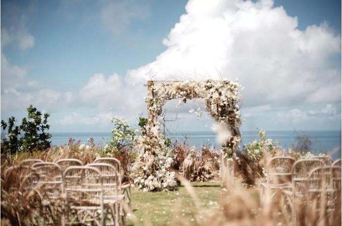 Nghi lễ cưới của uyên ương được thực hiện ở ngoài trời tại resort Bali, với nền cảnh là bãi biển Ấn Độ Dương.