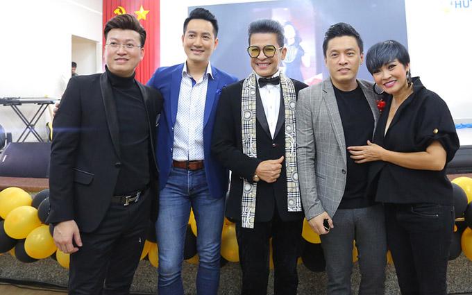 Dàn ca sĩ nổi tiếng từ thập niên 2000 vui vẻ chụp ảnh cùng MC kỳ cựu Thanh Bạch.