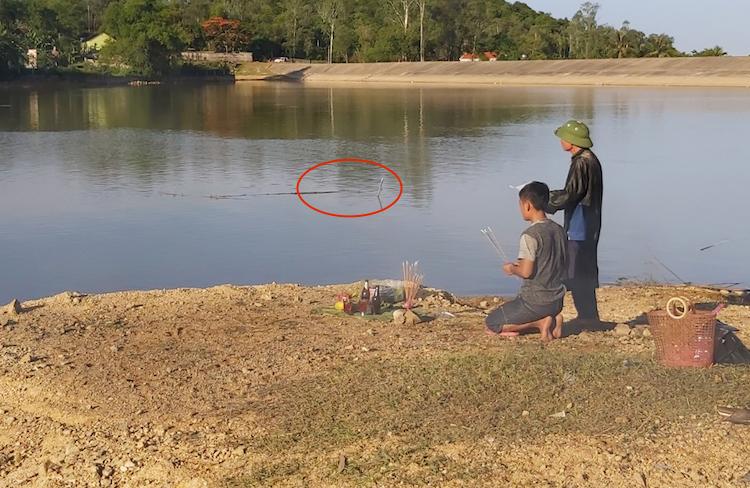 Hố nước cách bờ chừng 3m (vòng tròn đỏ) nơi 5 học sinh gặp nạn. Ảnh: Anh Thư.