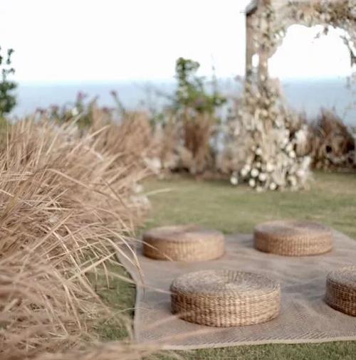 Buổi lễ có concept thiên nhiên tụ hội, với sự kết hợp của sắc màu trung tính với cảnh biển xung quanh. Ekip đã tạo nên sự cân bằng giữa các yếu tố tự nhiên, các chi tiếttrang trívà kiến trúc sẵn có của resort nơi tổ chức đám cưới.