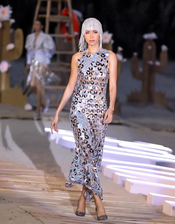Trước lời mỉa mai về việc vay mượn ý tưởng của Kim Khanh, Hà Nhật Tiến đưa ra nhiều dẫn chứng về việc khai thác mica gương trong việc thiết kế trang phục.